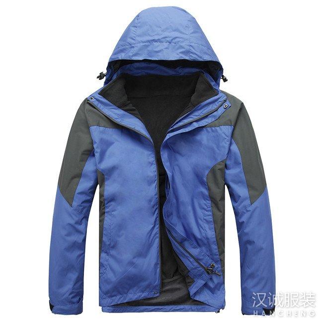 浅蓝色两件套冲锋衣